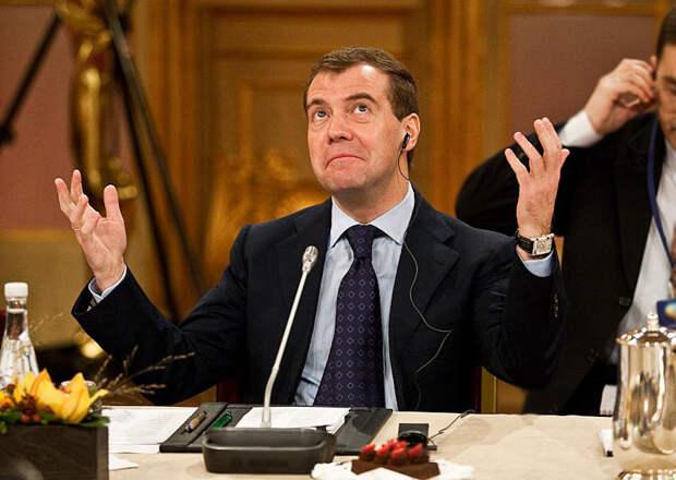 Хазин: Не Запад, но правительство Медведева творит в стране экономический грабеж!