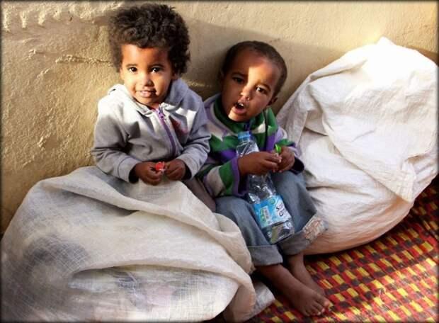 В Греции и Мавритании считают, что нужно плюнуть своему ребенку на голову, чтобы стать более удачливым. Естественно, сделать это надо целых три раза. Там встречаются младенцы буквально заплеванные взрослыми интересное, младенцы, ношение, обычаи, пеленание, факты
