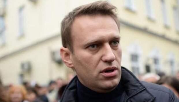 Брыкающегося Навального за ноги и руки вынесли с митинга «против царя»