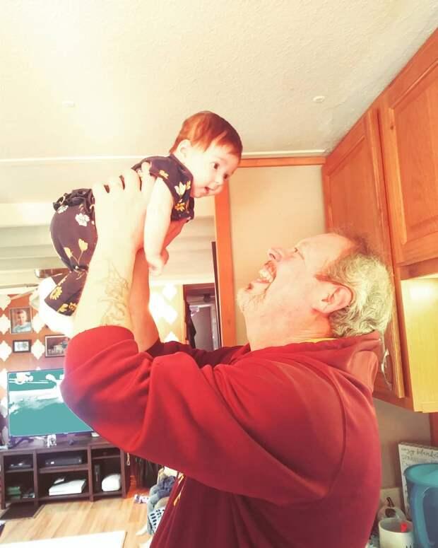 Бабушки, которые заботятся о внуках, живут на 10 лет дольше. Исследование