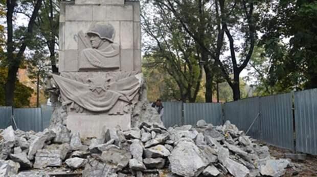 Стало известно, сколько памятников советским солдатам снесли в Польше