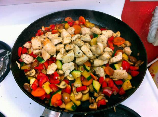 Мясо и овощи нужно смешивать за пару минут до подачи. / Фото: gotovimkstolu.ru
