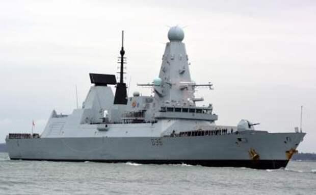 На фото: британский эсминец Defender
