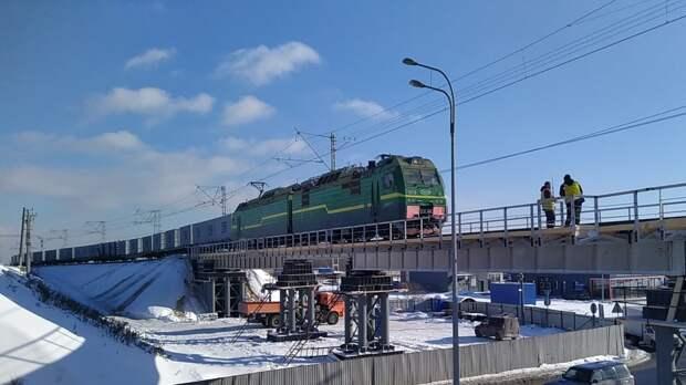 Пожилой мужчина не успел встать с путей и попал под грузовой поезд в Ленобласти