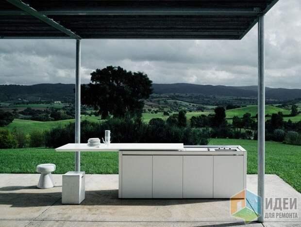 Летняя кухня со сдвижной столешницей, закрывающей плиту и раковину в случае необходимости, Boffi