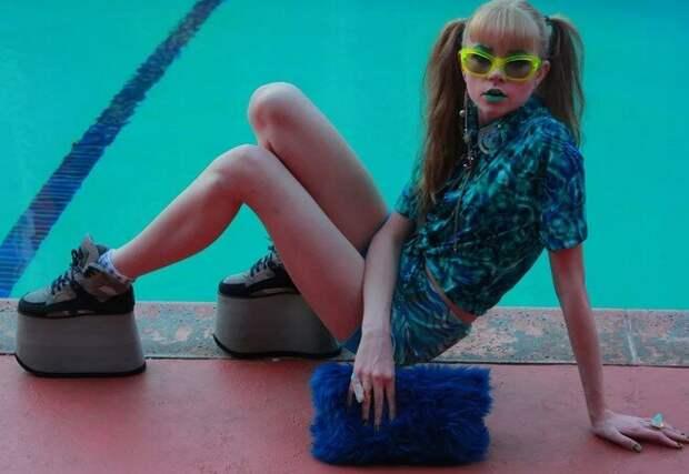 конец 90-х, девушка в модной обуви на огромной платформе. фото: открытый источник.