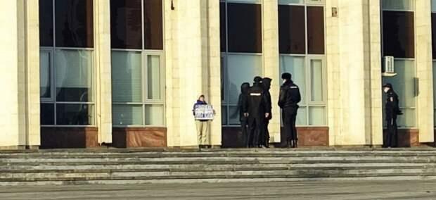 День Конституции в Туле отметили задержанием депутата за одиночный пикет