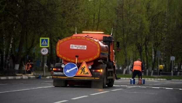 Рабочие ремонтируют участок дороги на Старосимферопольском шоссе