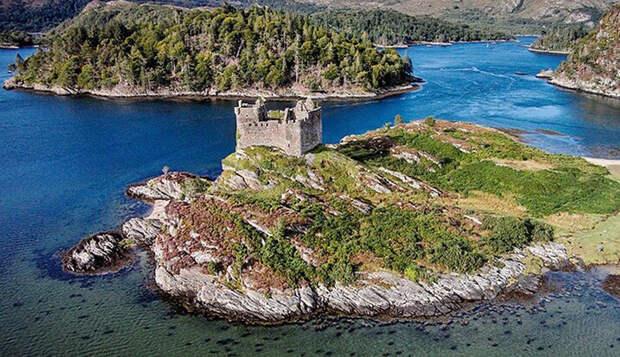 Почему остров со средневековым замком можно приобрести по цене гаража: Секреты крепости Тиорам