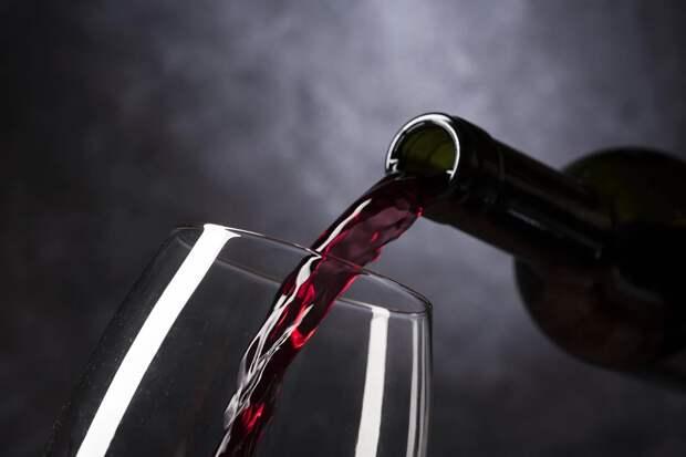 Нарколог развеял миф о целебных свойствах красного вина
