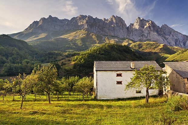 Деревня  Посада-де-Вадельон в предгорьях Пикос-де-Эуропа, Испания