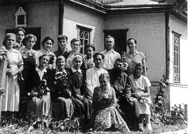 Священник Фотий Хо с прихожанами Преображенской церкви в Корпусном городке на праздник Успения