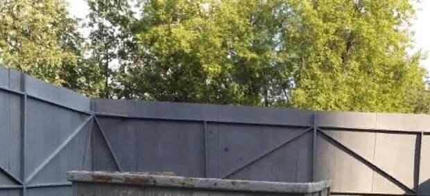 Переполненный мусором бункер очистили возле дома на Подольской