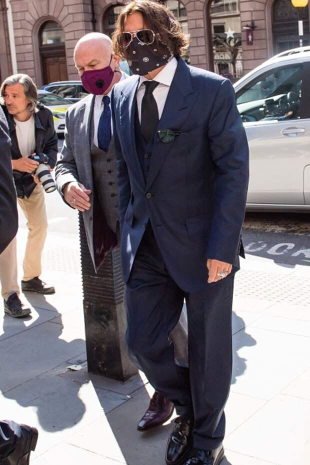 Джонни Депп у здания суда