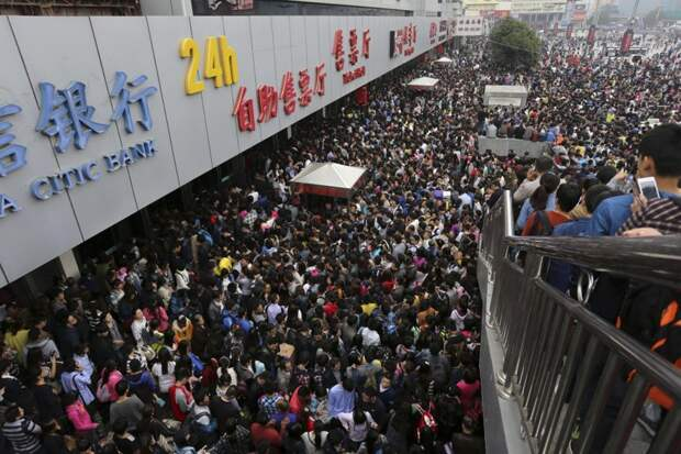 Пассажиры ждут, чтобы попасть на заполненный людьми вокзал Чжэнчжоу в первый день «Золотой недели» — праздника в честь основания КНР. По данным Китайской академии туризма, ожидается, что за эту неделю будет совершено 480 миллионов поездок. китай, люди, население