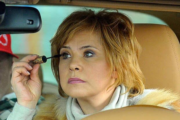 татьяна догилева красит ресницы в авто