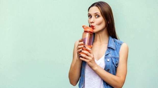 Многие считают, что необходимо выпивать по меньшей мере восемь стаканов воды в день