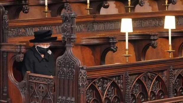 Фото дня: Королева Елизавета II в одиночестве простилась с мужем
