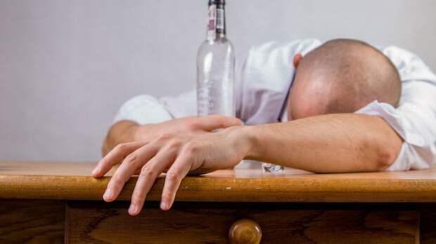Психиатр рассказал об опасной связи алкоголя и обезвоживания в жару