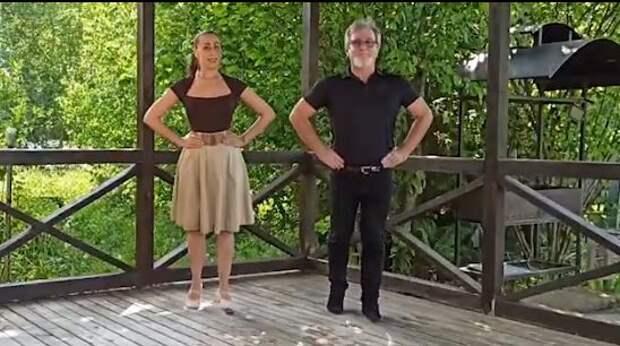 Преподаватель показала, как танцевать вальс, на онлайн-площадке Лианозовского парка