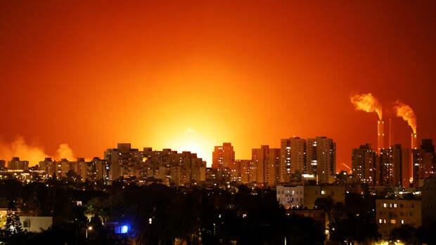 Сильный пожар начался в израильском порту после атаки ХАМАС