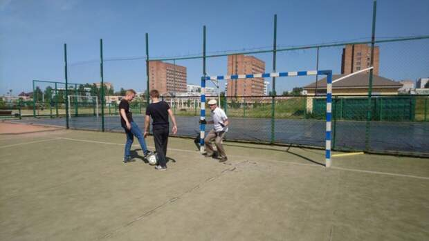 трудовой отряд лагеря ´Спутник´ посетил парк ´Молодёжный´ и поучаствовал в конкурсно-игровой программе ´Минута славы´.