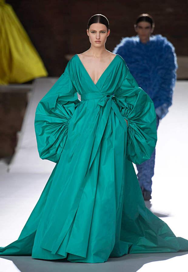 Самое красивое шоу сезона: шляпы-медузы и все оттенки неона в коллекции Valentino