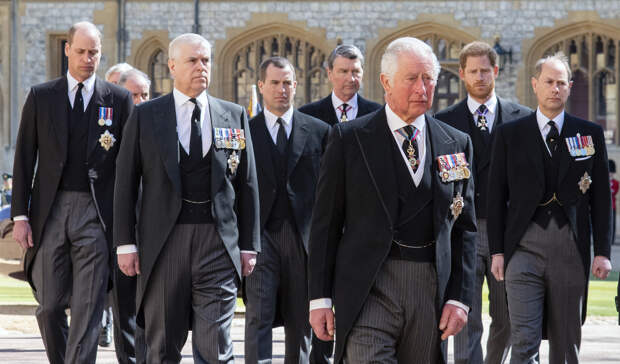 Принц Гарри и королевская семья попрощались с принцем Филиппом — в Великобритании прошли похороны мужа Елизаветы II