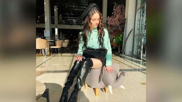 Медведева выложила фото в образе секси: в ботфортах и мини-юбке на табурете в виде слоника