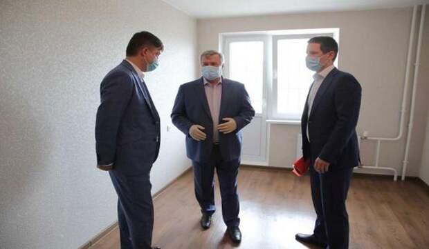 Василий Голубев вручил медикам ключи от квартир и поздравил их с новосельем