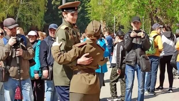 Барнаульцы отмечают День Победы песнями и плясками. Фото и видео