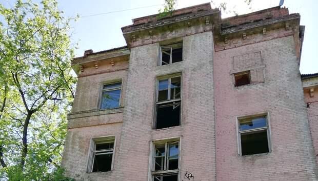 Подростки бьют стекла и разрушают бывшее здание ПТУ в Климовске