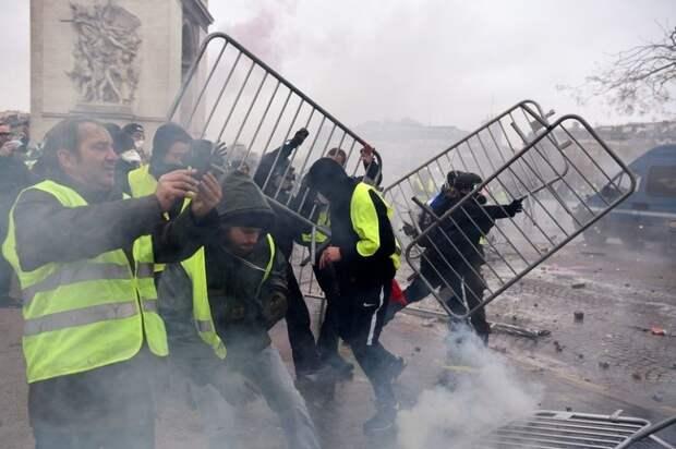 Ле Пен предложила способ для остановки беспорядков во Франции