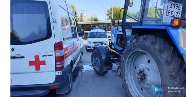На Каргопольской столкнулись трактор и скорая помощь