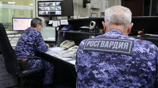 Сотрудники Росгвардии спасли мужчину из горящей автомастерской во Владивостоке