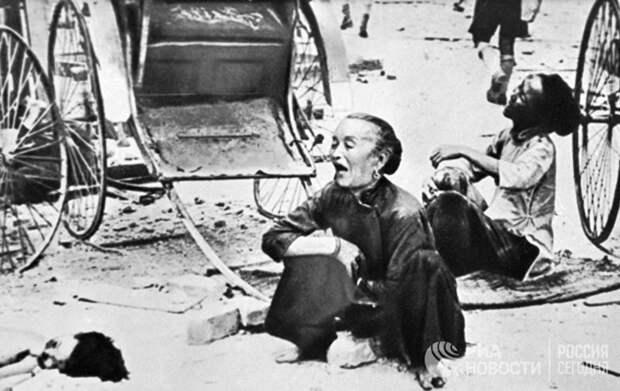 Жители Сингапура после японской бомбардировки