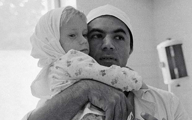 Спустя сутки маленькой девочке пришили отрезанные косилкой ноги: уникальная операция советского хирурга