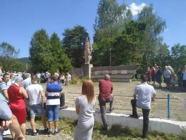 В Ивано-Франковской области сельская община отказалась сносить памятник советским воинам