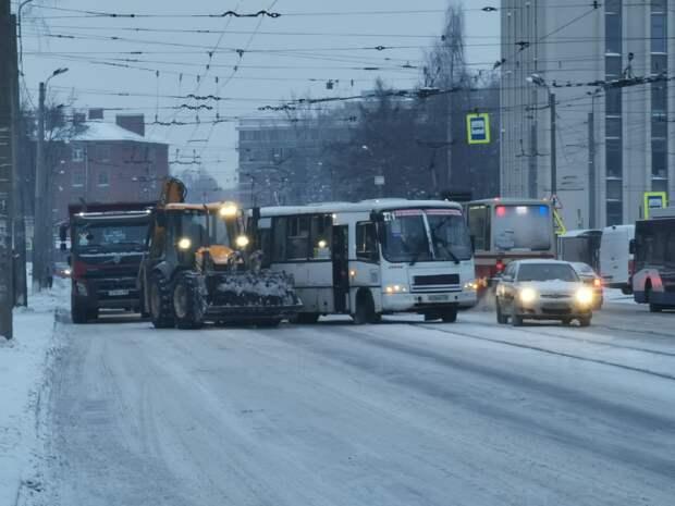 В Санкт-Петербурге маршрутка врезалась в уборочный трактор