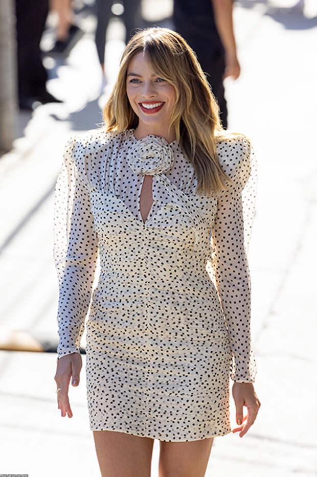 """Образ дня: Марго Робби в мини-платье с """"розочкой"""" спешит на интервью в Голливуде"""