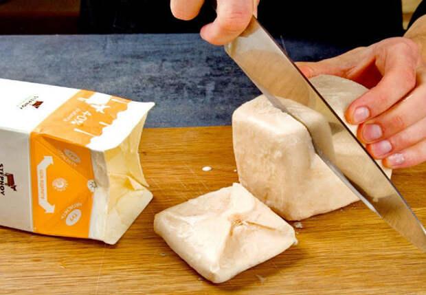 Достали ряженку из морозилки и нарезаем ножом: нежнейший торт за полчаса