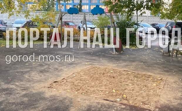 Таинственное исчезновение песочницы и качелей на улице Твардовского уже два месяца тревожит жильцов дома