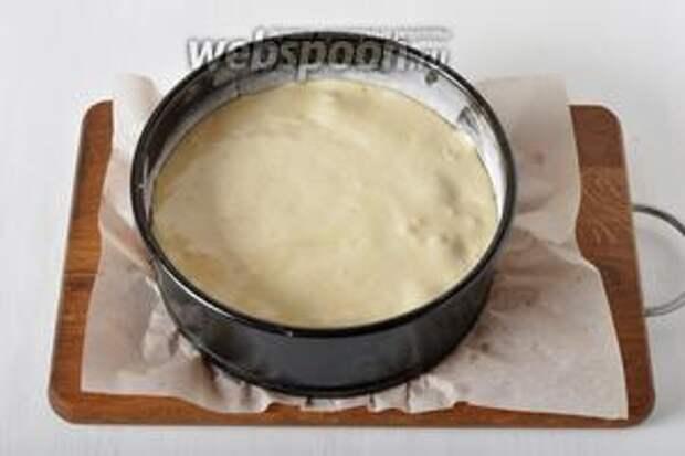 Вылить тесто на яблоки и вишню.
