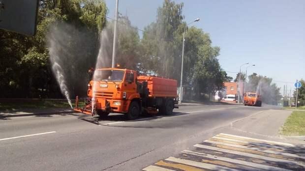 Фотокадр: в Лианозове проводят промывку дорог и аэрацию воздуха