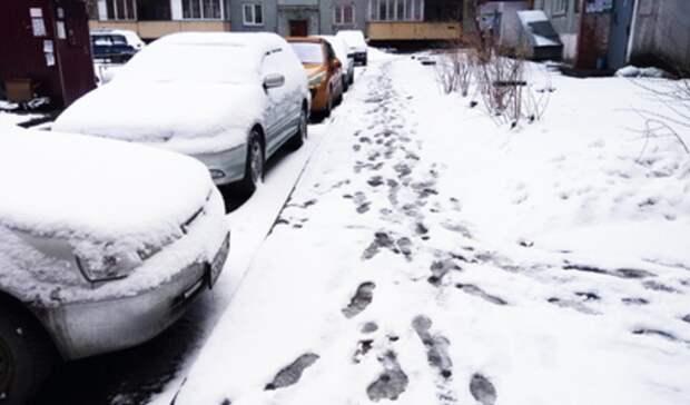 Нанелегальную парковку напротив областной ГИБДД заявили вполицию екатеринбуржцы
