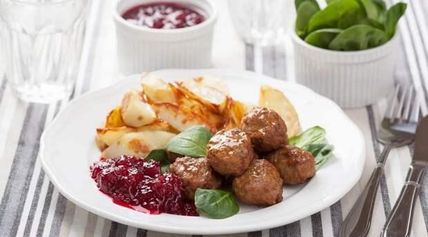 Диетические мясные шарики с соусом: сочные и вкусные