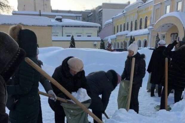 В мэрии объяснили, почему саратовские учителя убирали снег в мешки