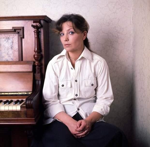Актриса Ольга Остроумова в домашней обстановке.