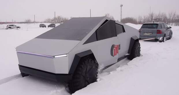 Российский клон Cybertruck сравнили в перетягивании каната с Porsche Cayenne
