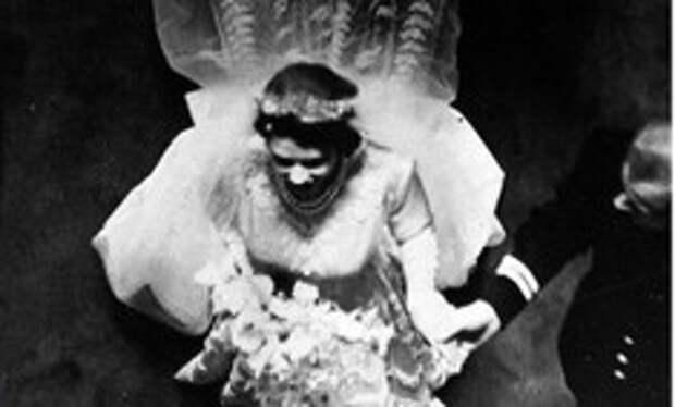 «Платье походило на то, что надела бы бабушка невесты»: отрывок из книги про свадебный наряды Елизаветы II